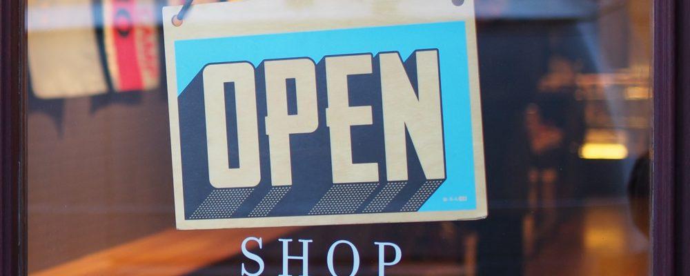 Entrata di un negozio aperto