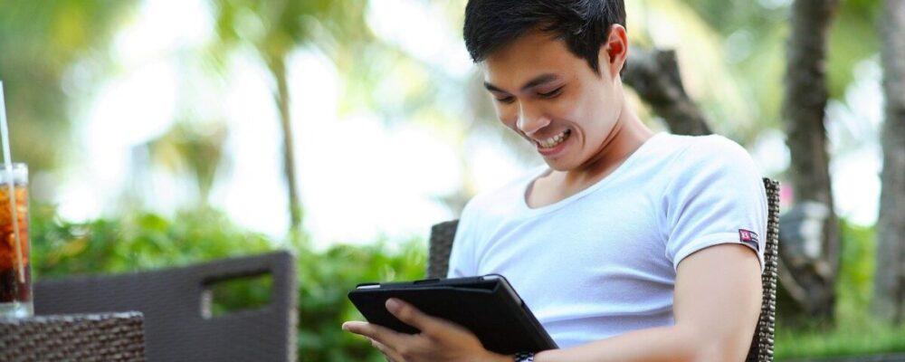 uomo lavoro da remoto tablet